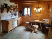 Wohn-Kochstube mit Küchenzeile