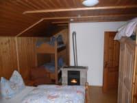Doppelbettzimmer mit Stockbetten für die Kinder