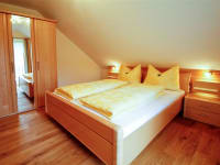 Schlafzimmger mit Balkon der Ferienwohnung 1
