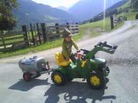 kinder beim Traktorfahren