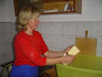 Die fertige Butter in die Formen legen