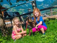 Kinder mit Ziege Paula