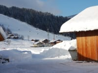 Blick vom Hof zum Skilift