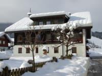 Blick vom Bauernhaus zur Skipiste