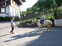 Reiten im Hof auf unserem Pony