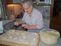 Oma Maria beim Krapfenbacken