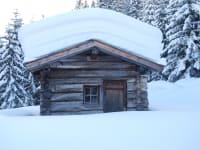 Almhütte mit dicker Schneehaube