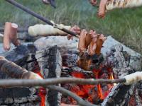 Lagerfeuer mit Würstchen und Stockbrot