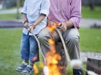 Chef mit Sohn Pauli beim Grillen