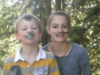Na, sehen wir nicht lustig aus! So schnell kann einem im Wald ein Schnurrbart wachsen, vielleicht werden wir ja noch Waldmännchen!