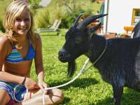 Tochter Lisa mit Ziege