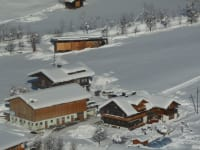 Hausund Hof im Schnee