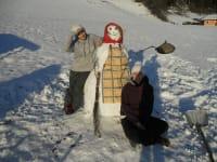 Christina und Martina bauen einen Schneemann