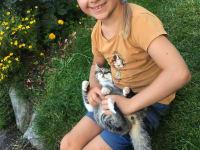 Mareen spielt mit der Katze