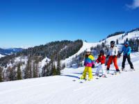 Schifahren im Alpendorf