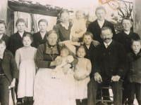 1918 Maria und Michael Grünwald mit 13 ihrer 16 Kinder