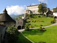 Burg Hohenwerfen mit der Greifvogelschau in 8km Entfernung besuchen