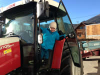 Alle dürfen natürlich einmal mit dem Traktor mitfahren!