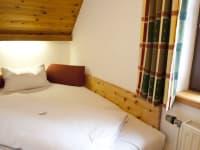 Ausziehbares Bett aus Zirbenholz