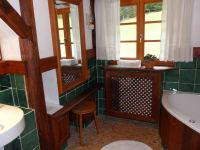 Romantikzimmer rote Schleife Blick ins Bad mit Whirlpool