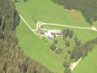 Flugbild von unserem Bergbauernhof
