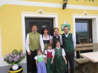Unsere Familie: Manfred, Anita, Oma, Opa, Julia, Lisa und Anna