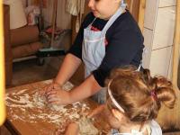 Beim Brotbacken freuen wir uns auf  Mithilfe