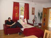 Wohnbereich mit ausziehbarer Couch in der Ferienwohnung Minze