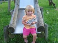 Julia mit Felix auf der Rutsche
