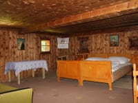 Geräumiges Schlafzimmer, mit viel Holz ausgestattet