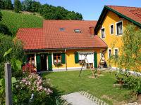Spielplatz neben Buschenschank - Terrasse - Rückansicht Haus