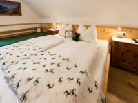 Schlafzimmer mit grünen Hirschen
