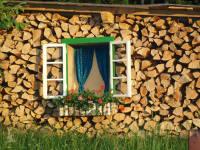 EINLADEND - Holzaun mit Fenster