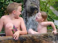 Kinder im Brunnen