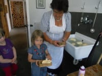 Mithilfe beim Buttermachen