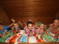 Kinder im Bett