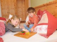 Kinder beim Spielen in einem der gemütlichen Zimmer