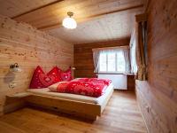 Schlafzimmer mit Zirbenholz