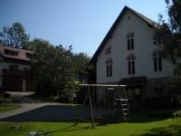 Stall der Familie Sperl im HIntergrund der Blick auf das Ferienhaus