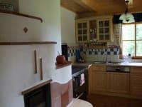 Küche mit Kachelofen