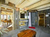 Blick in die Wohnstube und in die Sauna