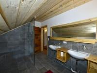 Badezimmer mit großem Duschbereich