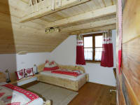 Zimmer mit zwei getrennten Betten - im Spitzboden sind noch zwei Matratzen über eine Leiter erreichbar