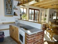 Die Küche mit Blick in den Wohnbereich