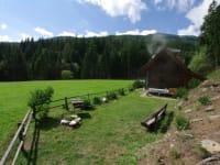 Die Terrasse vor der Hütte lädt zum Spielen, ausruhen, grillen,... ein.