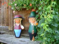 Gretel und Hansl vorm Troadkasten
