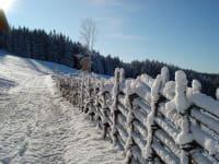 Der selbstgemachte Bänderzaun unter der Schneehaube