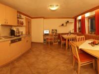 Gemeinsame Stunden. Gemütlicher Aufenthaltsraum mit Gästeküche, Kaffeemaschine, Internetsurfstation. Gratis. Am Kinderbauernhof Ierzerhof im Pitztal, Tirol.