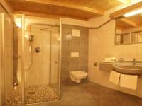 Wohnen wir zu Hause. Ein Badezimmer, das keine Wünsche offen lässt. Am Kinderbauernhof Ierzerhof im Pitztal, Tirol.