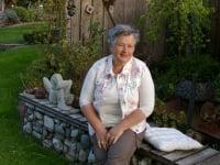 Angelika in ihrem Gartenparadies